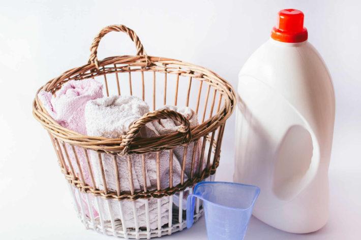 柔軟剤と籠の中に入った洗濯物