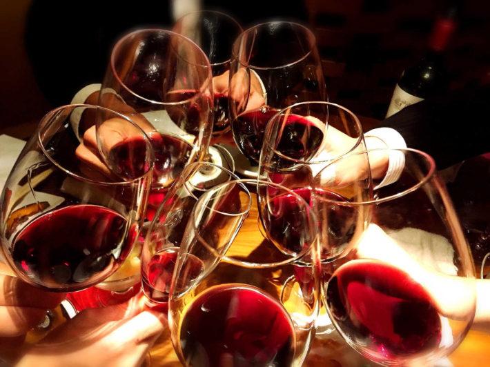 ワイングラスを合わせて乾杯している画像