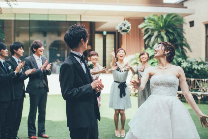 結婚式でブーケトスをしている花嫁