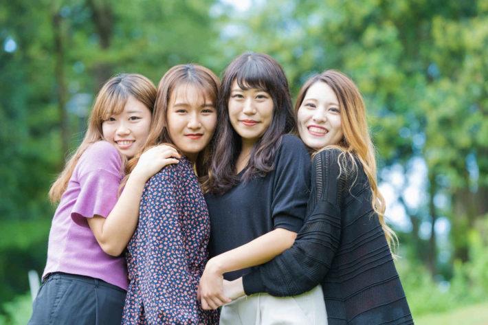 森の中で抱き合い微笑むブスな女性たち