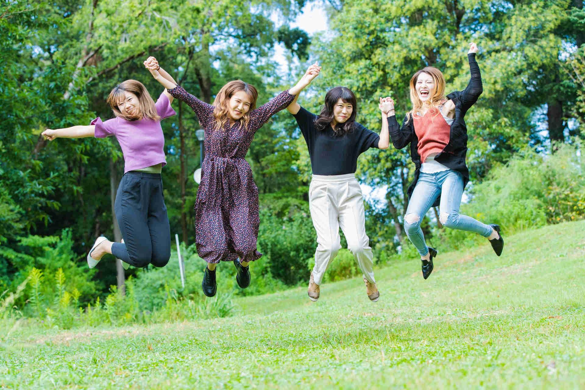 草原でジャンプしているブスな女性たち
