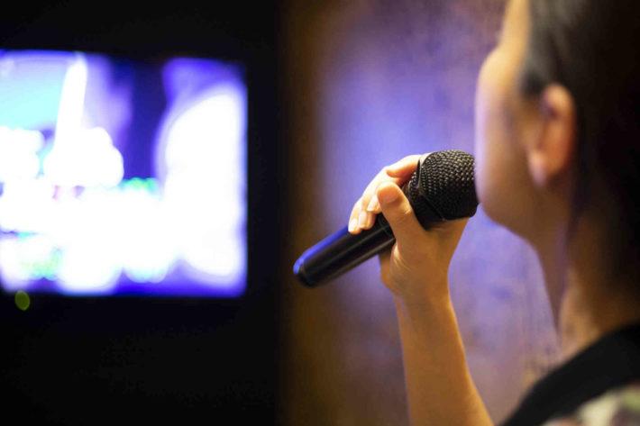 カラオケにきて一人で歌っている女性