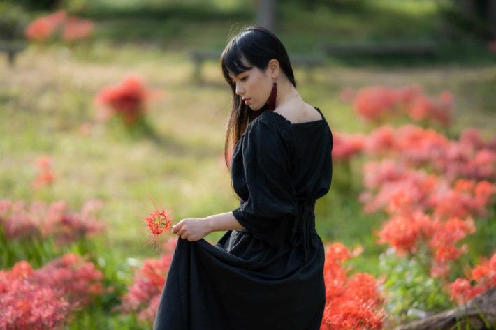 花畑でポーズを取っている女性の後ろ姿