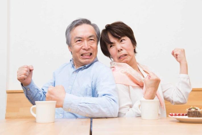 喧嘩しているミドル世代の夫婦