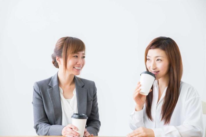 コーヒーを飲んでガールズトークしている女性2人