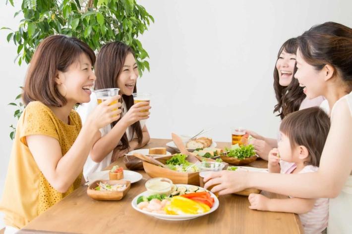 女子会で盛り上がる女性たち