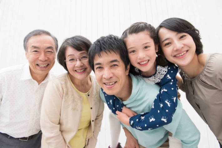 笑顔の二世帯家族