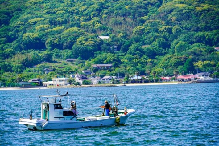 漁船で魚を収穫する漁師
