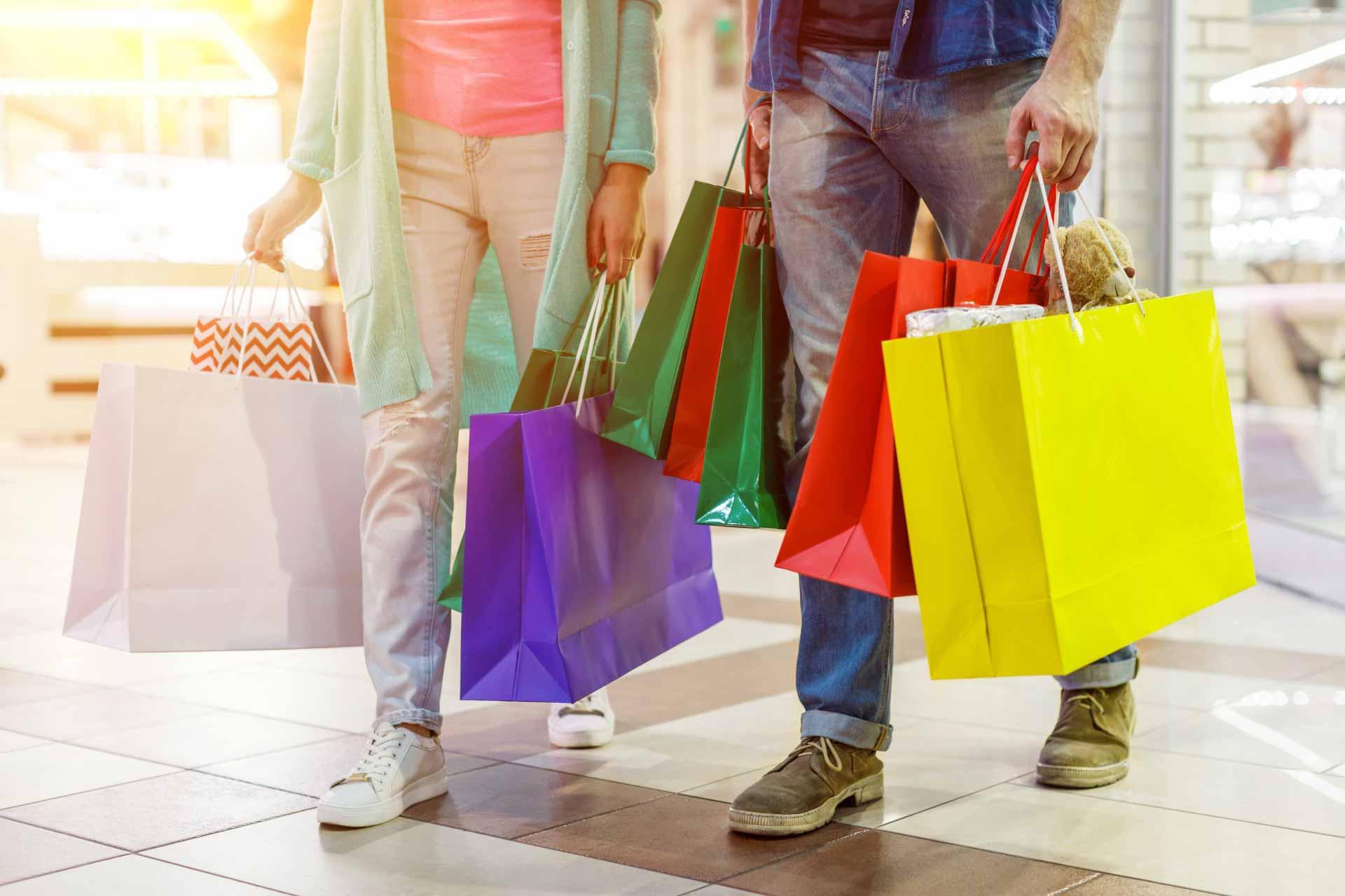 ショッピングしている男女カップル