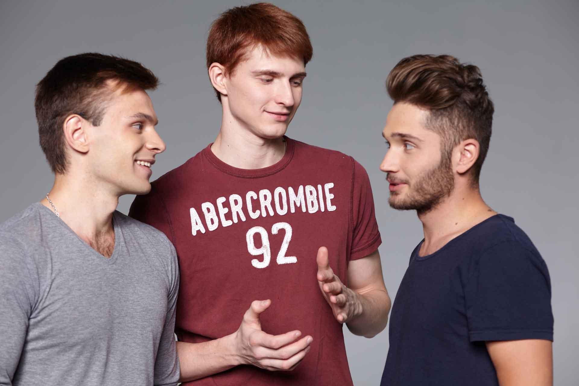 3人で談笑している男性