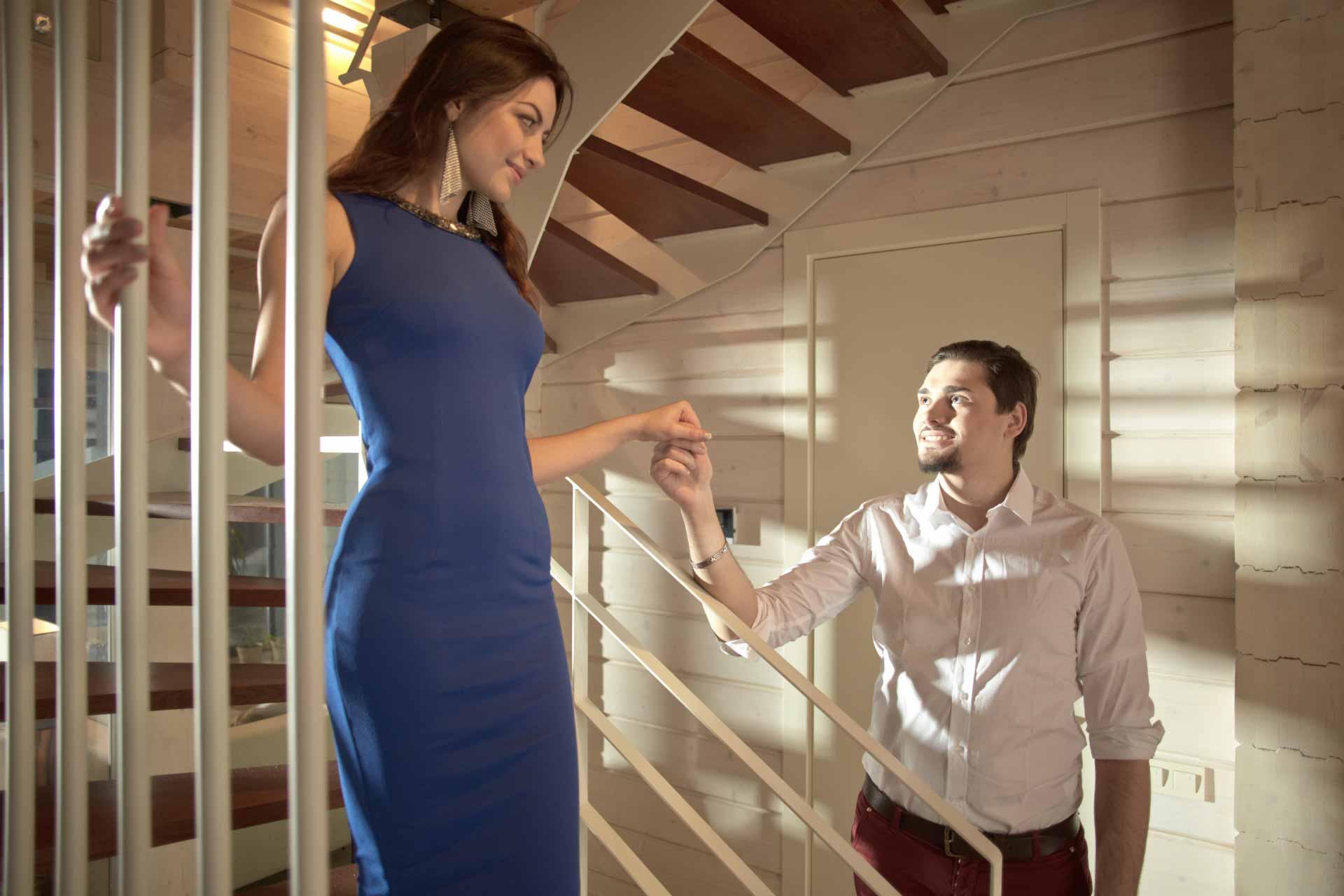 階段から降りる女性をエスコートする男性