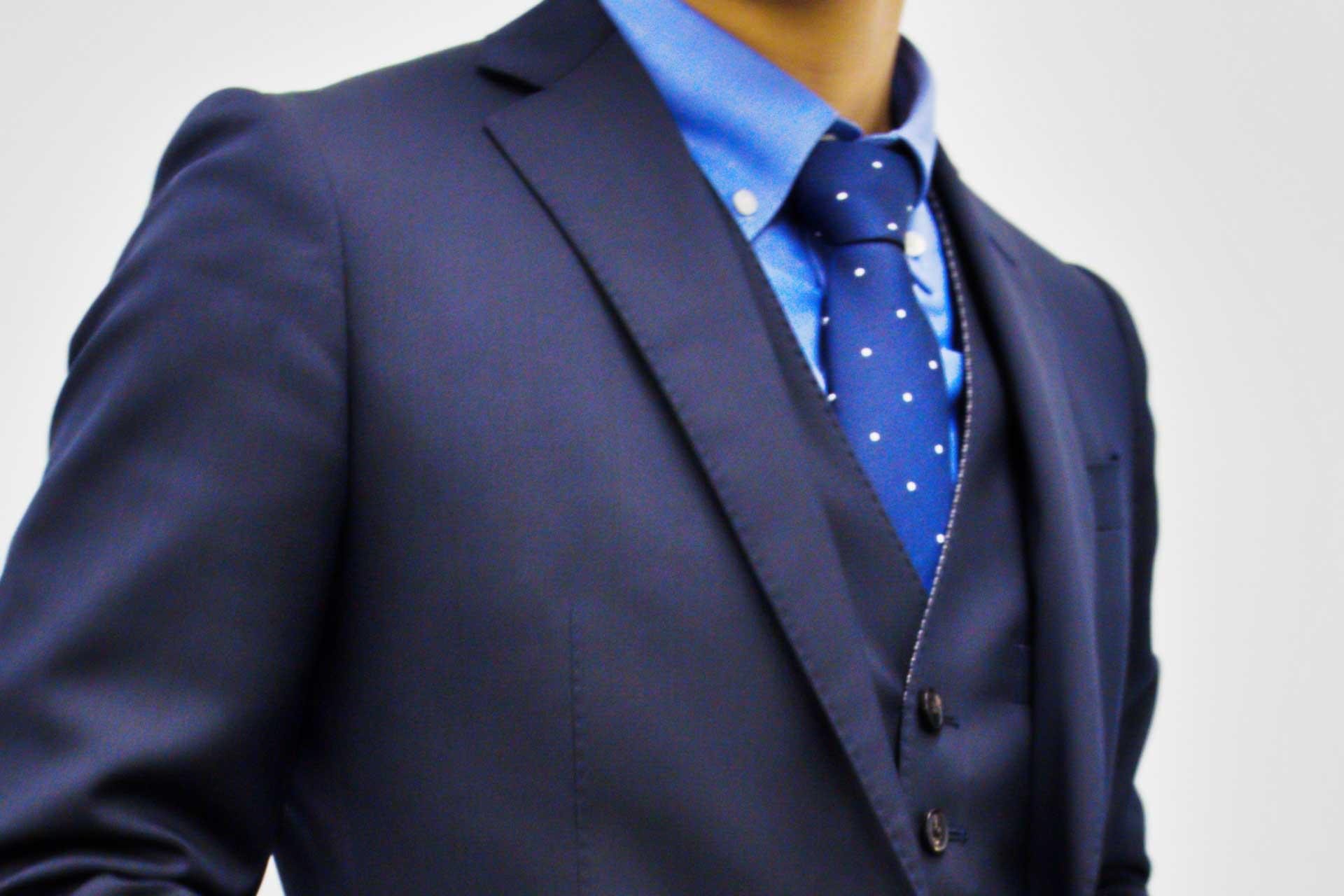 ネイビースーツの男性の胸元