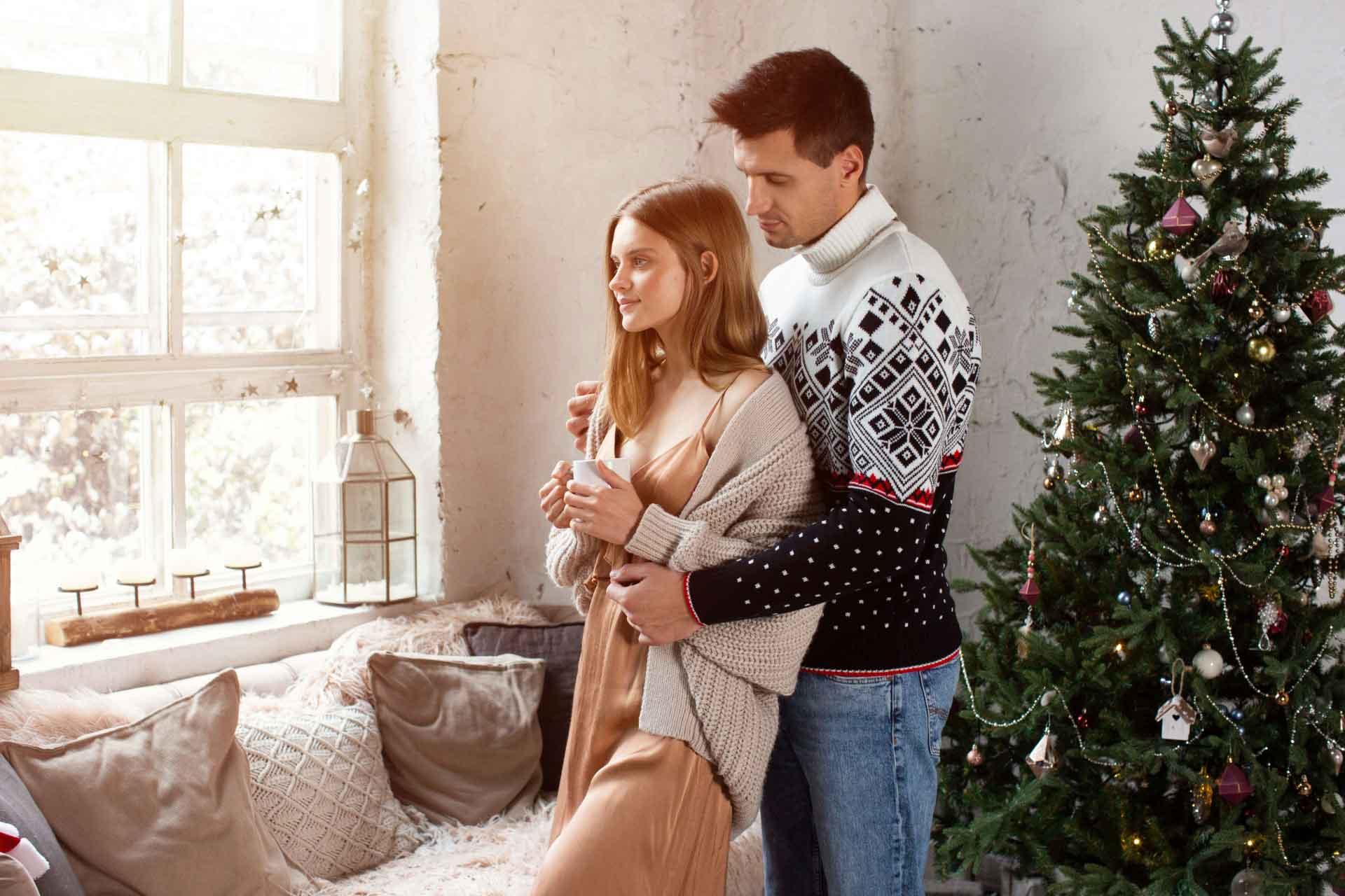 家の中で女性を後ろから抱きしめている外国人男性